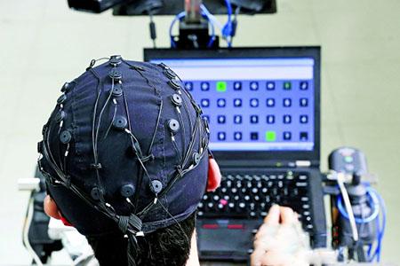 """而发出的""""命令""""隐含在脑信号中,由计算机将其解读出来."""