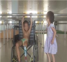 6岁小朋友假肢康复训练